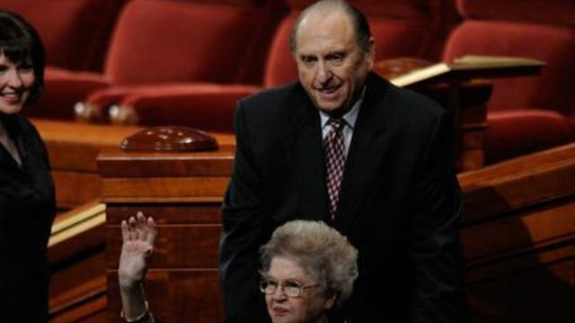 Thomas S. Monson - Frances Monson, esposa del presidente Thomas S. Monson, saluda a la congregación al final de una sesión de la conferencia general.